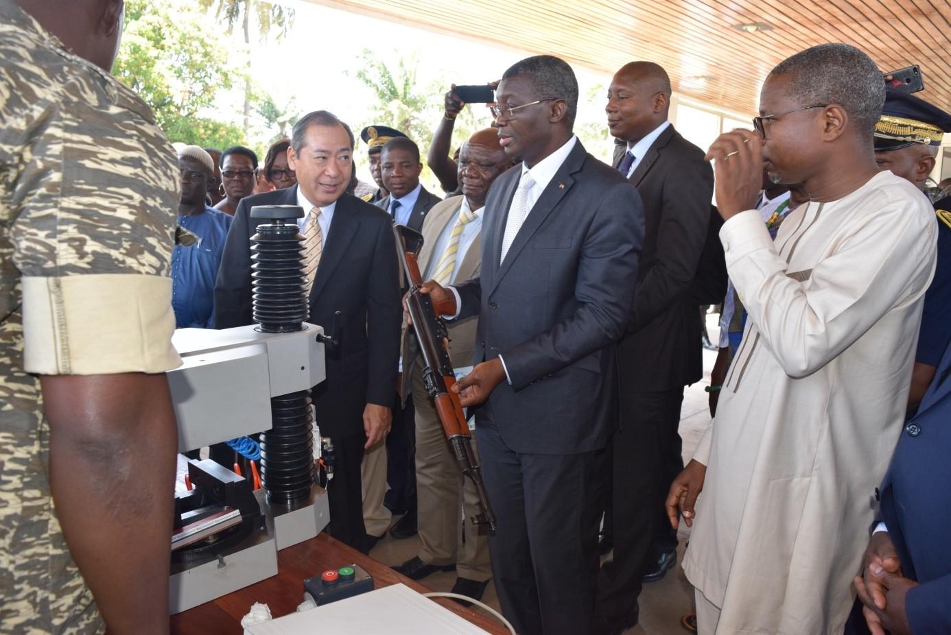 Le ministre de la Sécurité, le Général Yark Damehane, réceptionnant les machines de marquage